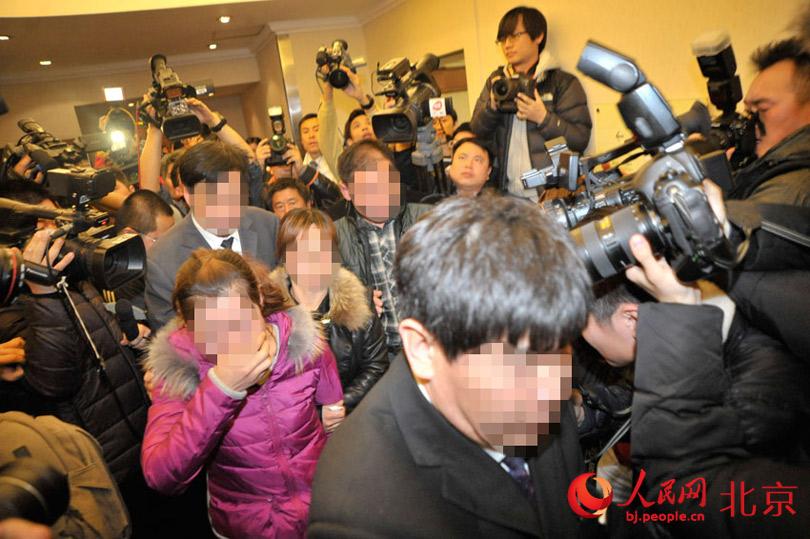 马航飞往北京客机失联:酒店内乘客家属失声痛