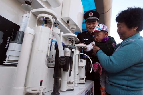 """节水马桶水箱装置现场展示,简易龙头节水转换器……3月22日 """"世界"""