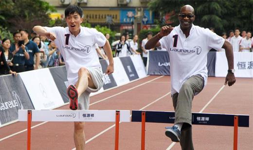 刘翔走进校园教授中学生跨栏