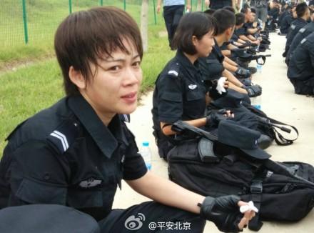 高清:北京公安局实兵徒步反恐演练 特警汗流浃背