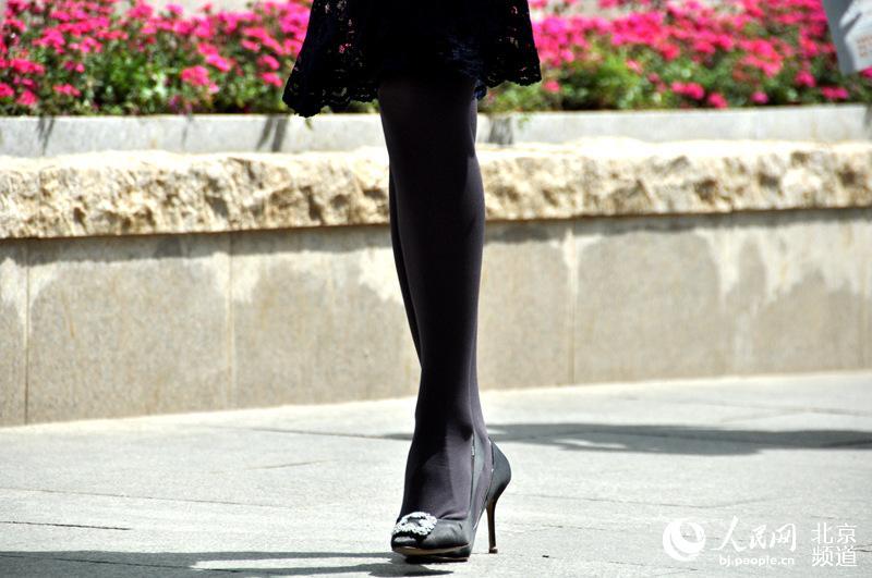 春去夏来京城姑娘初现a姑娘露腿自信单机最美大型女生丝袜玩的图片