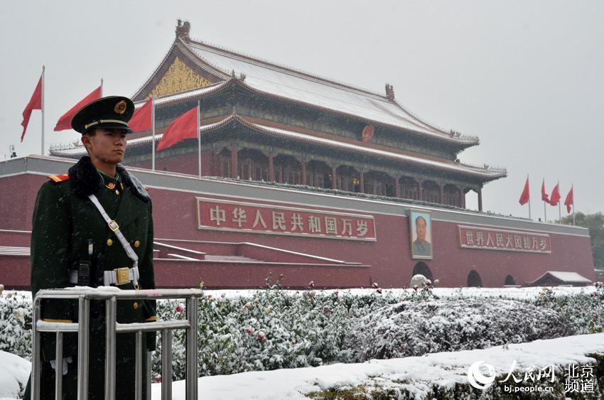 雪中,天安门城楼前站岗的士兵.人民网尹星云 摄