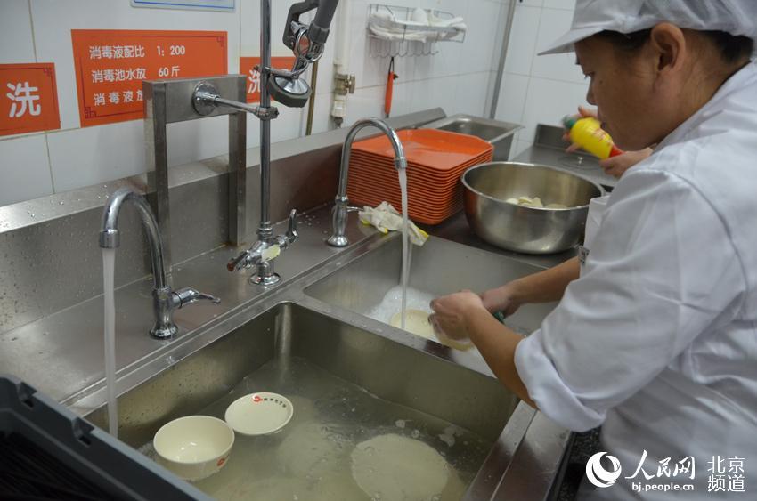 所有的餐具都要经过加入洗洁精的热水浸泡