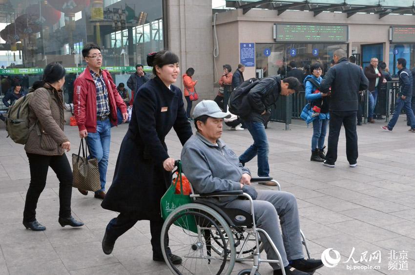 """北京站里一道靓丽的风景线 """"素萍服务组"""""""
