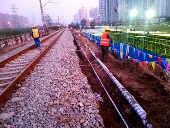 施工现场。  施工现场。 人民网北京11月15日电 记者从市交通委获悉,北苑路北延下穿国铁和地铁13号线箱涵工程是北苑路北延重要的节点工程;是推进北苑路北延最后300米道路建设,实现明年年初北苑路北延工程完工通车的关键。经过充分论证、周密计划,将影响人数降至最低,十一期间停运地铁13号线立水桥东直门7站进行施工,已经顺利将城铁侧箱涵顶进就位。下穿国铁工程于11月10日至11月30日进行,施工不中断国铁运行,火车通过该路段限速慢行,速度由每小时90千米减至每小时45千米。 北苑路下穿国铁工程包括箱涵预
