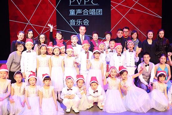 演出当天适逢圣诞节,童声合唱团表演了多支圣诞传统歌曲.