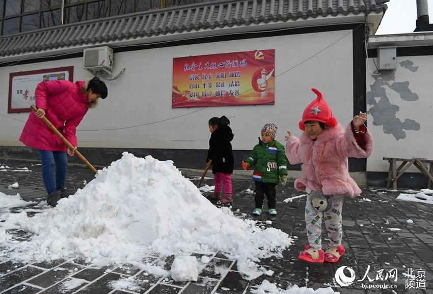 ,延庆区大庄科乡村民一早就主动清扫道路,在这个地区有个好的图片