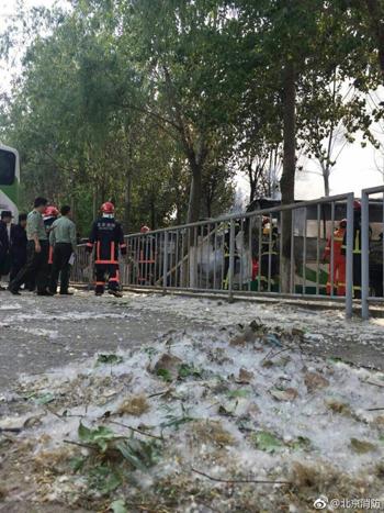 北京蟹岛度假村停车场一汽车起火 无人员伤亡