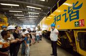 百余名市民走进二七机车公司,感受百年老厂的沧桑与现代