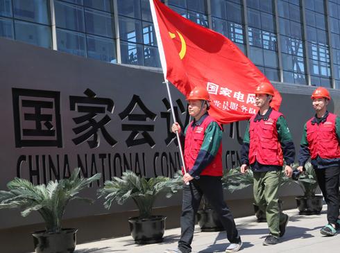 产业工人展风采 昂首迈向新时代——国网北京市电力公司队伍建设改革综述历尽天华成此景,人间万事出艰辛。绚丽灯光的背后,是国网北京电力人无数个日夜的奋战与坚守。他们,锐意改革,创新驱动发展;他们,担当奉献,重塑班组业态;他们,正在成长为新时期的产业工人。国网北京市电力公司以队伍建设为核心,以员工培养、班组建设、劳动竞赛、创新创效、职工服务为支撑,生动演绎着一支讲政治、善管理、愿奉献的现代产业工人队伍是如何炼成的。