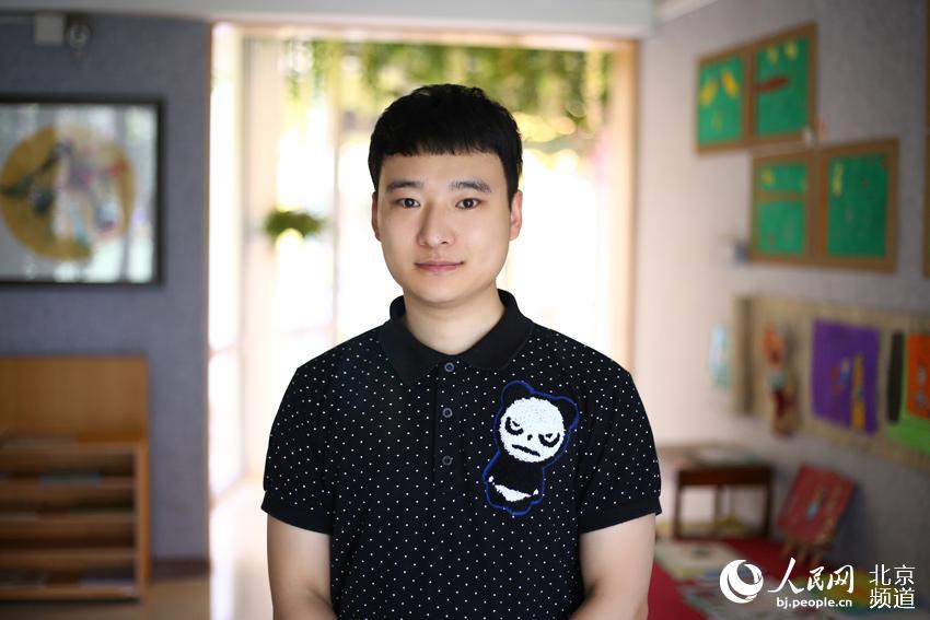 85后阳光大男孩宋峥是北京朝阳区福怡苑幼儿园的一名男幼师,正是源于自己对孩子的喜爱,宋峥走上了这条特殊的职业道路。