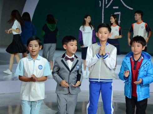 """北京时装周发布学生装新品 校服可以这么穿26日晚,北京时装周""""铜牛学生装新品发布会""""在北京凤凰中心倾情上演。本场秀以""""恰""""为主题, 引自毛主席诗词的""""恰同学少年"""",取其""""恰当、恰好、刚刚好、适合""""之意。通过小学、初中、高中三个组别、四大系列的展示与发布,以服装作为语言,对当今社会大众关注校园文化和艺术教育,聚焦青少年健康成长,结合传统文化与现代时尚,做了极具东方特色的解读和呼应。"""