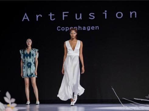 """光华时代""""ArtFusion Copenhagen""""品牌亮相光华时代""""ArtFusion Copenhagen""""品牌以""""The Future is Ours""""为主题2018年春夏时装秀在丹麦人气网络歌手Maria配以略带蓝调色彩音乐演唱的背景下,拉开了的神秘面纱。"""