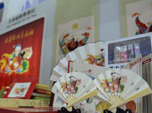 """京津冀众多文化符号亮相文博会第十二届中国北京国际文化创意产业博览会11日开幕以来人气直线飙升,各个主题展区都吸引着大家的目光。记者在""""京津冀文化协同发展展区""""看到,这里不仅有充满京韵的文艺演出,还有来自天津、河北的特色文化符号展示。天津的文化标志""""泥人张""""也呈现在大家面前,手工艺师傅在现场展示着""""泥人张""""的制作工艺,参观者可以零距离接触这一天津代表性的传统民间艺术品。在""""泥人张""""的对面更是有赫赫有名的杨柳青年画在等着大家。河北展台中,雄安新区以大篇幅亮相其中,很多市民纷纷上前一探究竟。"""