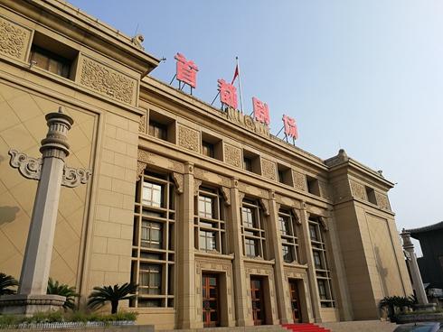北京人艺传承创造并举 助力全国文化中心建设北京作为文化中心,北京人艺作为北京的名片致力打造自己的品牌,反映北京文化北京气质的作品。北京人艺院长任鸣表示,关注现实题材创作,展现北京文化。演员濮存昕认为,不忘初心就是不能忘记为观众服务。演员王雷表示,做艺术的坚守者,用作品为观众传递正能量。