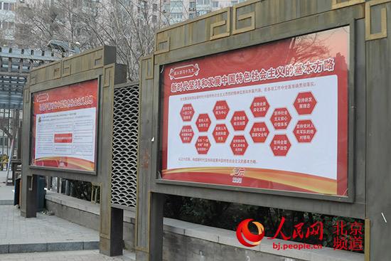 人民网北京12月16日电 方庄群乐园,原名大花坛,是丰台区方庄区域环境综合提升三年规划(2014-2016)项目之一。建成后,方庄地区工委办事处从居民推荐的187个新名儿中,为大花坛起了个大名儿群乐园。一指广大群众休闲娱乐的园地,二指坐落于芳群园。大花坛从此改了名儿,群乐园由此也叫了出来。 群乐园优美的环境,良好的秩序,吸引了大批居民到此健身娱乐。从晨光熹微到万家灯火,从白发老者到学步孩童,群乐园里健身运动、闲谈漫步、嬉戏玩耍的身影往来不息。据统计,群乐园的日均游玩量达2000余人次,是方