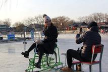 """京城什刹海冰场市民体验""""雪色浪漫"""" 什刹海冰场通过验收正式开门营业。今年什刹海冰场开放16万平方米的滑冰区域,其中包括6万平方米的前海冰场和10万平方米的后海冰场,前海冰场还设有夜场,营业时间为晚6点至晚9点半。【详细】"""