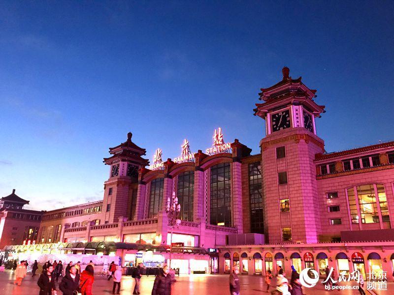"""1月5日清晨,记者来到北京站,亲身体验了一把""""京通号""""的""""速度与激情""""。人民网董兆瑞 摄"""