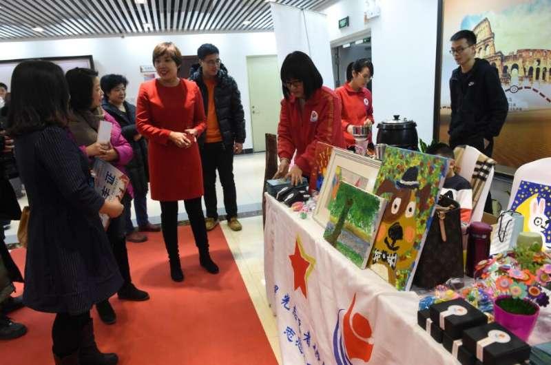 特殊儿童现场展示康复技能,出售衍生品等。北京市残联供图 人民网北京1月13日电(孟竹) 1月12日,你好童年2018年新年联欢会在京举行。据悉,本届联欢会主题为康复融合,快乐希望,由北京市残疾人联合会主办,北京市残疾人康复服务指导中心和北京市残疾人福利基金会承办。  文艺汇演内容丰富,精彩纷呈。北京市残联供图 记者现场看到,来自北京市多家康复机构的特殊儿童为来宾们带来打击乐、舞蹈、情景剧、诗朗诵等精彩节目。值得一提的是,除了文艺汇演,孩子们还在现场展示了石头画、手工包、奶油手机壳、扎染等康复作品,