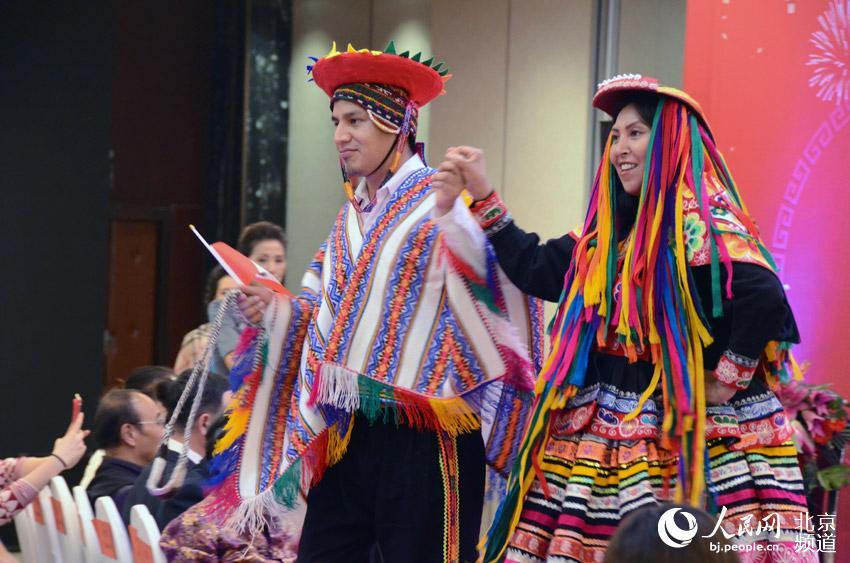 来自各国的朋友们纷纷走上舞台,通过姹紫嫣红、五彩斑斓的各国民族服装服饰,展现出世界各国人民的聪明与智慧。人民网尹星云 摄