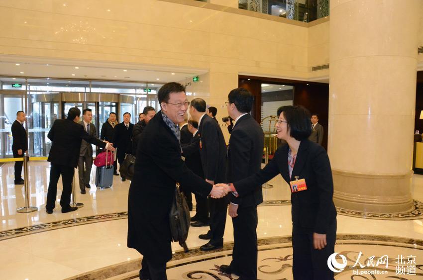 政协北京市第十三届委员会第一次会议即将开幕,上午8时30分,委员们陆续抵达北京五洲大酒店向大会报到。人民网尹星云 摄