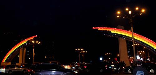 """""""新彩虹门""""改造完成 亮相长安街        经过75个夜晚的施工作业,长安街彩虹门消隐改造项目全面完成,于2月8日18时正式亮相。"""