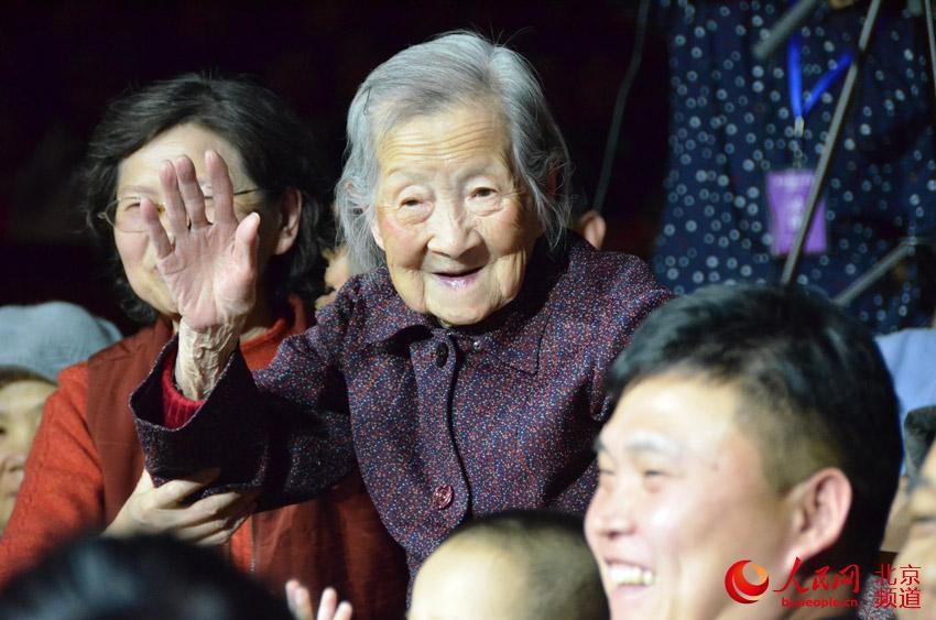 在本次音乐会的观众中,最年长的是103岁高龄的张兰芬老人,她们是一家三代人一起来现场观看演出的。人民网尹星云 摄