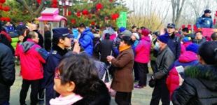 夫妻城管队员8个春节在岗31岁的刘勋是和平里城管执法队的副队长,这是他第8次参加地坛公园庙会保障工作。