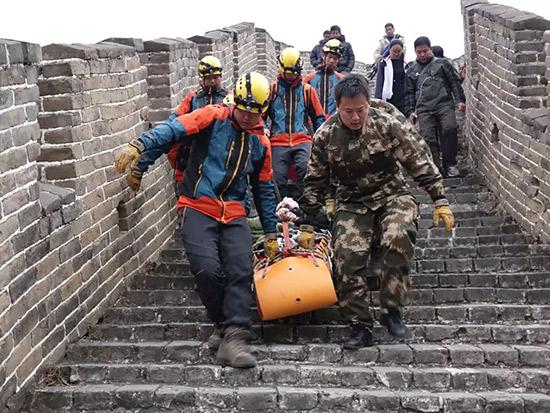 老人酒后爬长城受伤 北京怀柔消防成功救助
