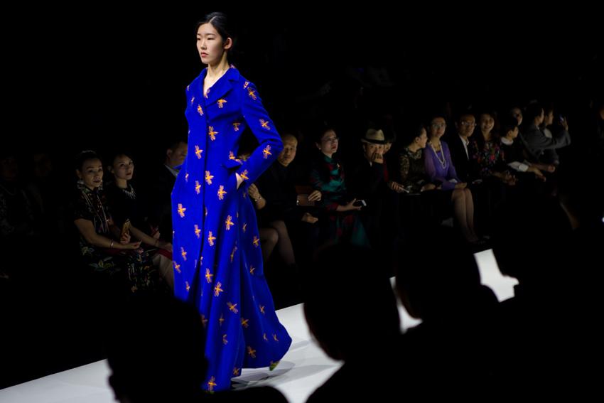 """昨晚,""""真爱无边·绣梦如画""""主题时装秀亮相中国国际时装周,38套各具特色的艺术时装将现场观众带入如画的美好意境里。"""