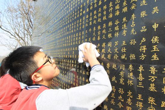 延庆中小学生缅怀先烈向八达岭烈士陵园烈士敬献花篮