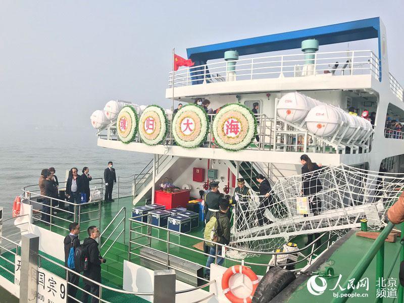 """国内首艘骨灰海撒专用船""""国宾9号""""昨日首航。人民网 董兆瑞摄"""