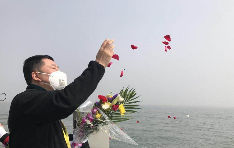 组图:直击北京市第447次骨灰海撒仪式现场