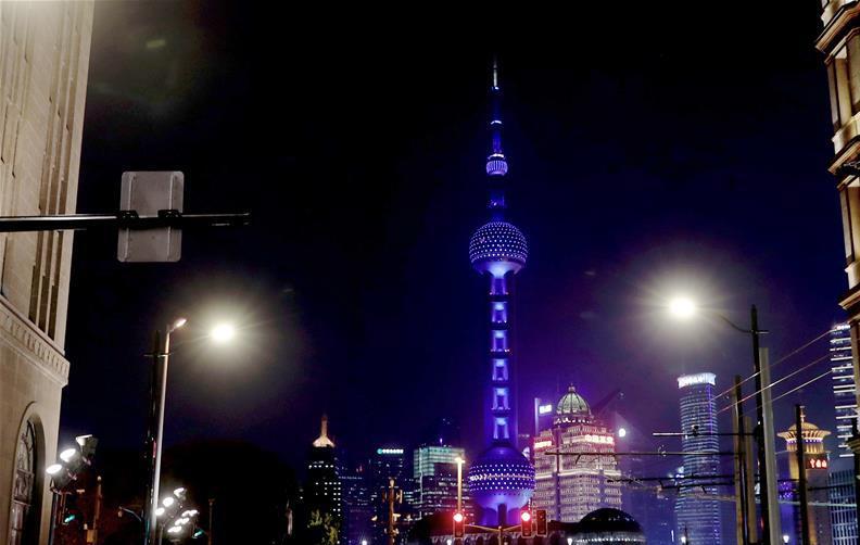 """上海:东方明珠为""""自闭症日""""点亮蓝灯"""