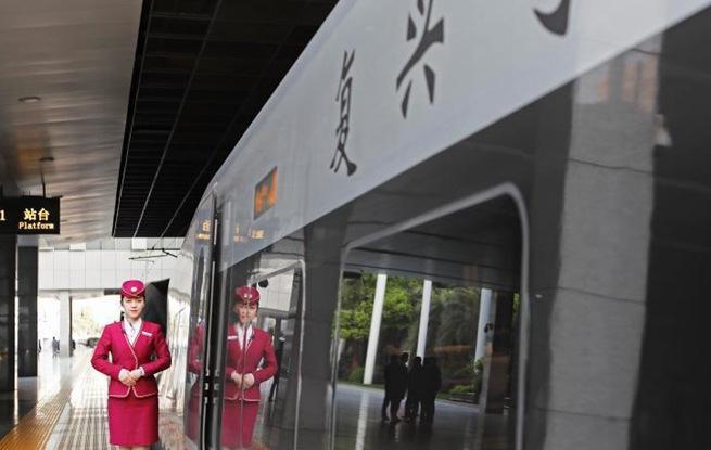 """中国铁路实行新的列车运行图 上海站首开""""复兴号""""京沪高铁列车"""
