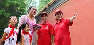 """北京市西城区:做总书记的好""""街坊""""        在中南海周边,环绕着一道长约5公里的红墙,这道红墙一侧连接着中央党政机关,一侧连接着西城区干部群众。"""