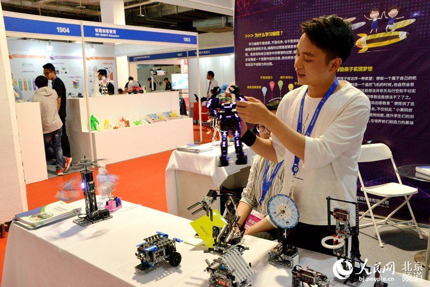 与通用型人工智能定位于解决成人世界中的实际问题不同,儿童市场人工智能所需要的不仅是解决服务问题,更重要的是玩伴型产品,智能机器人无疑是智能玩伴的首选产品。人民网 孟竹 摄