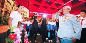 新四军老战士抗战馆缅怀先烈昨天,在中国人民抗日战争纪念馆,抗战老战士焦润坤向抗战英烈致敬。