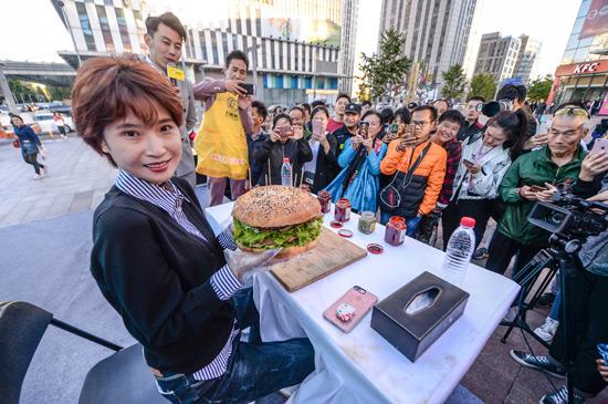 """北京上演美女""""大胃王""""挑戰巨大漢堡比賽"""