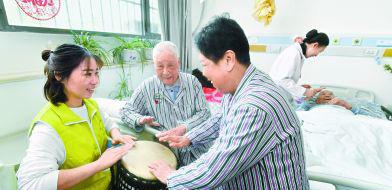 北京900余项敬老活动喜迎重阳重阳节临近,很多志愿者自发赶来陪伴老人,为老人送来温暖。