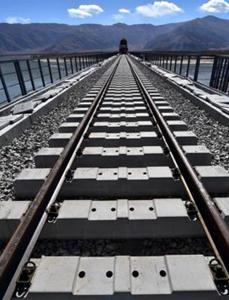 川藏铁路第一座跨雅鲁藏布江大桥铺轨