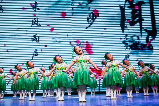 空直蓝天幼儿园表演节目《古韵童声舞经典》.