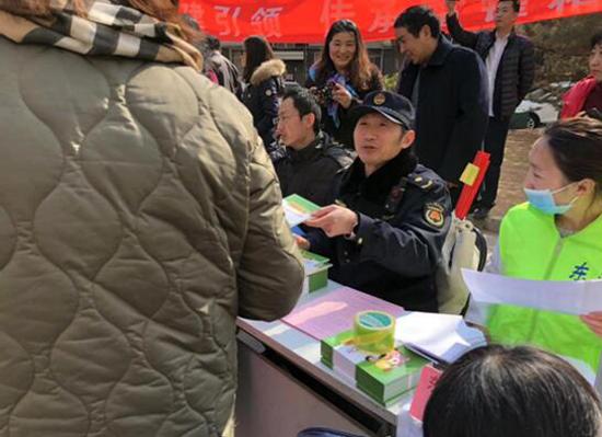 弘扬法治精神朝阳城管东湖执法队开展法制宣传日活动