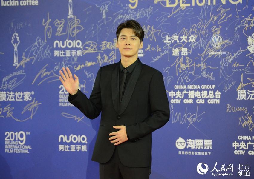 李易峰亮相北影节闭幕红毯,现场透露会有《动物世界2》,将发新歌。人民网 董兆瑞摄