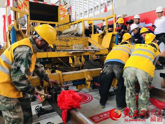 北京冬奥会保障工程京张高铁今日全线铺轨完成 年底运营