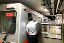 """地鐵延時:""""看得見""""的便利""""看不見""""的堅守 為發展夜間經濟,為""""夜都城""""提供交通保障,從7月19日開始,每逢周五、周六北京地鐵1號線、2號線延長運營時間,兩條線路在延長運營時段發車間隔均為10分鐘。【詳細】"""