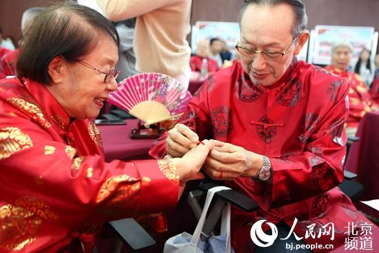 东城天坛街道24对金婚夫妇携手走红毯