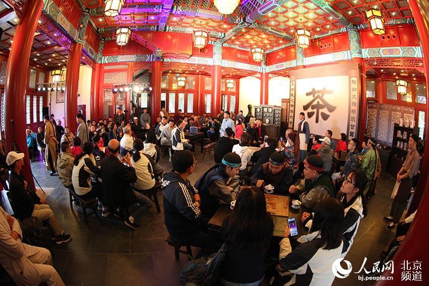 """北京园上演的北京曲剧《茶馆》,每场都有百余名观众与演员一道坐在""""老裕泰茶馆"""",打造""""沉浸式""""体验。"""