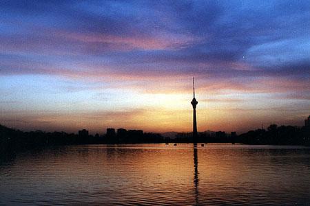 晚霞下的中央电视塔--北京视窗--人民网