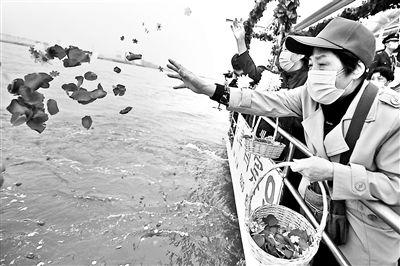 京津冀联合举办骨灰撒海清明公祭50余名家属寄托哀思